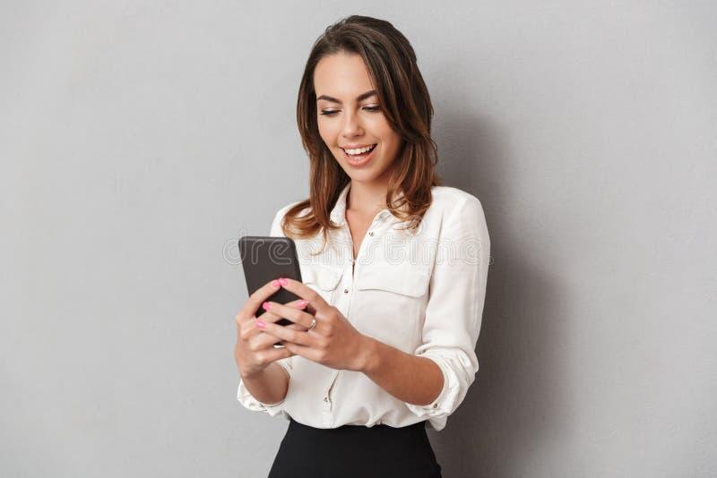 一个快乐的年轻女商人的画象 免版税库存照片