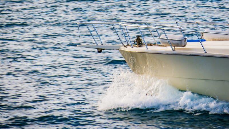 一个快速的汽船的前面在水的 图库摄影