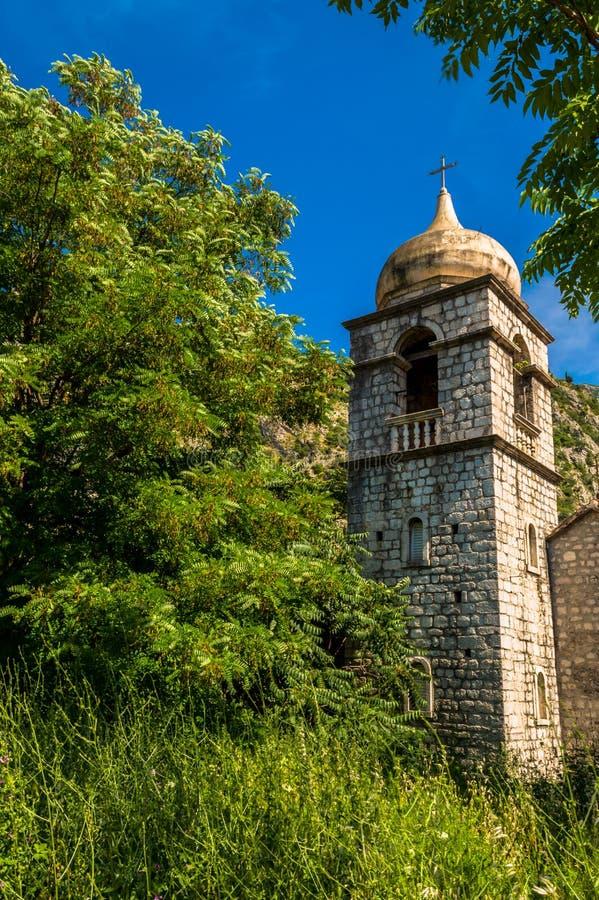 一个惊人的遗弃教会由科托尔发现了,黑山城市墙壁  免版税库存照片