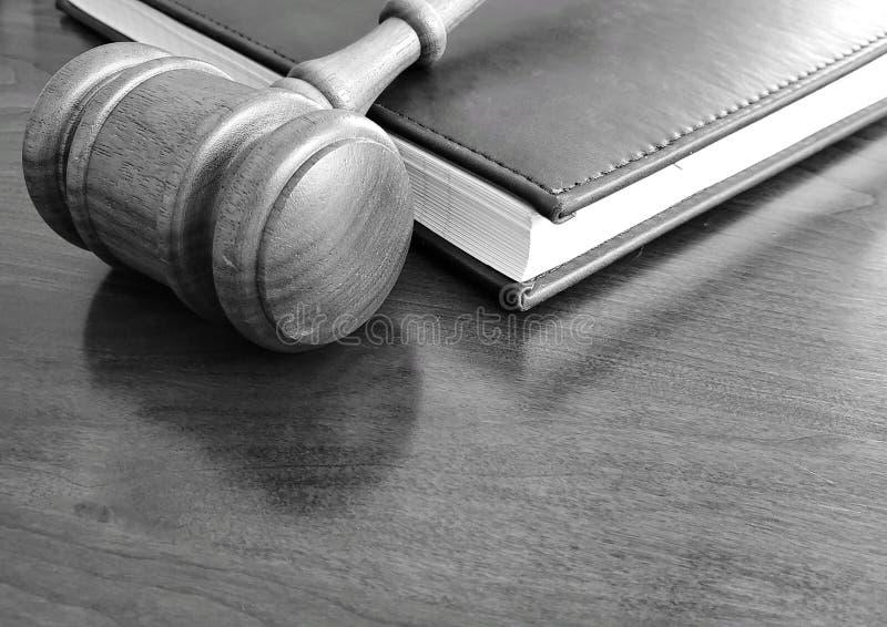 一个惊堂木和笔记本在一张木书桌上 免版税库存图片