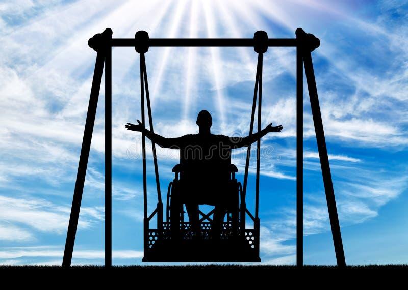 一个愉快的人的剪影是一个轮椅的一废人在障碍人们的能适应的摇摆 免版税库存照片