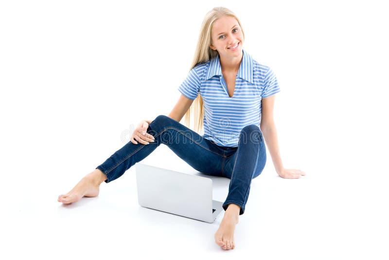 一个愉快的女孩的画象有便携式计算机的 免版税库存照片