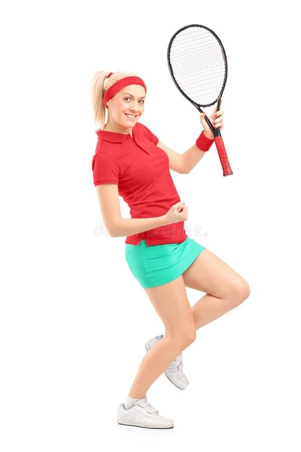 一个愉快的女性网球员的全长纵向 免版税图库摄影