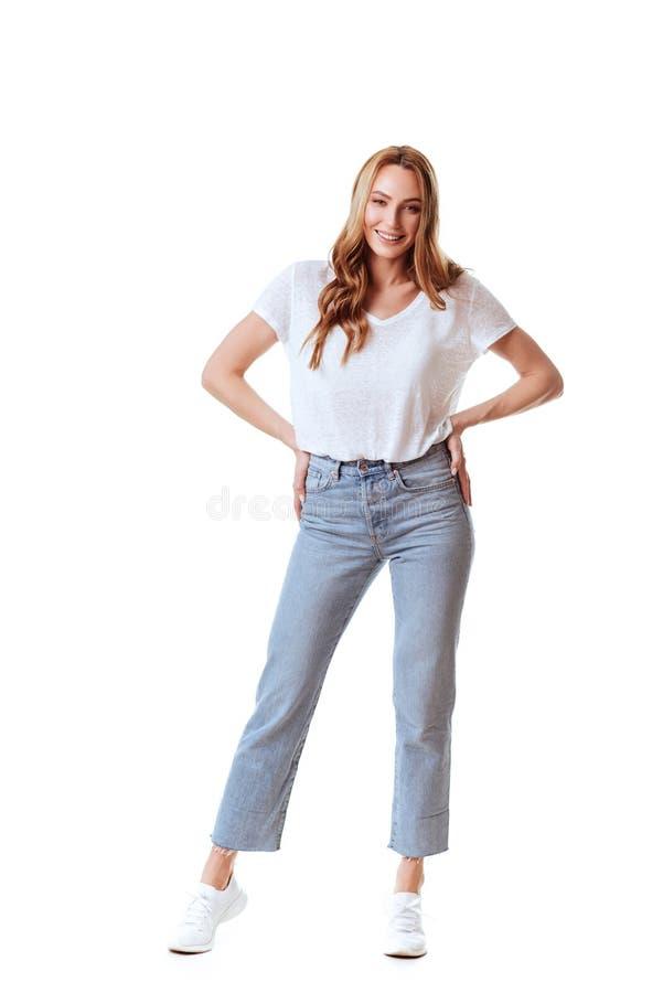 一个愉快的妇女身分的画象与被交叉的双臂的 免版税图库摄影