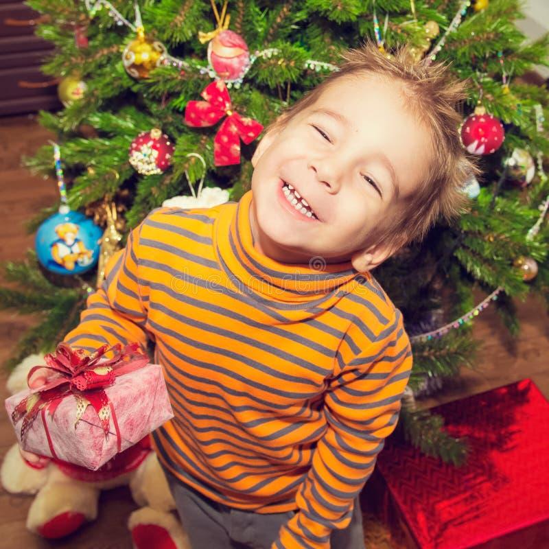 一个愉快的孩子的圣诞节画象有礼物的 图库摄影