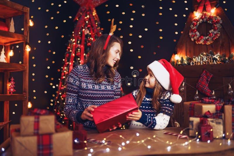 一个愉快的家庭母亲和孩子包装圣诞节礼物 免版税库存图片