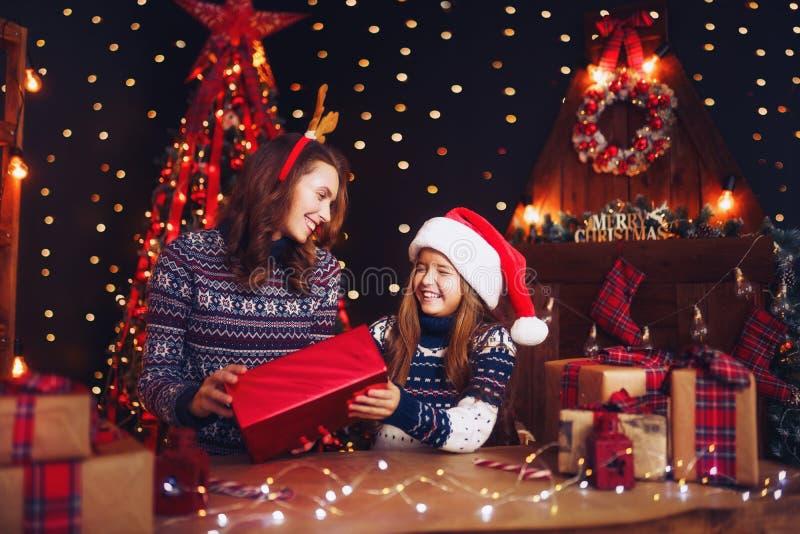 一个愉快的家庭母亲和孩子包装圣诞节礼物 免版税图库摄影