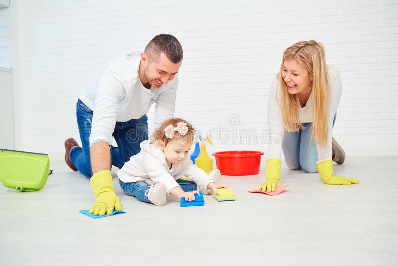 一个愉快的家庭洗涤地板 免版税图库摄影
