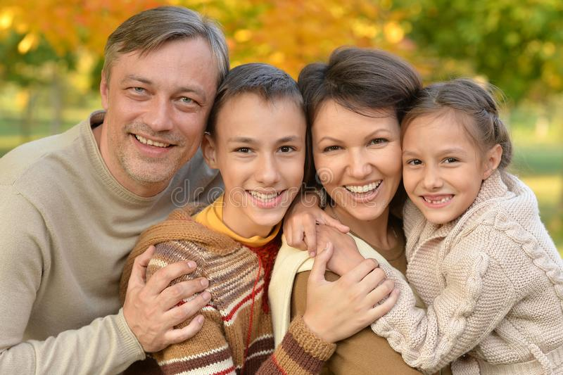 一个愉快的家庭的画象在公园 免版税库存照片