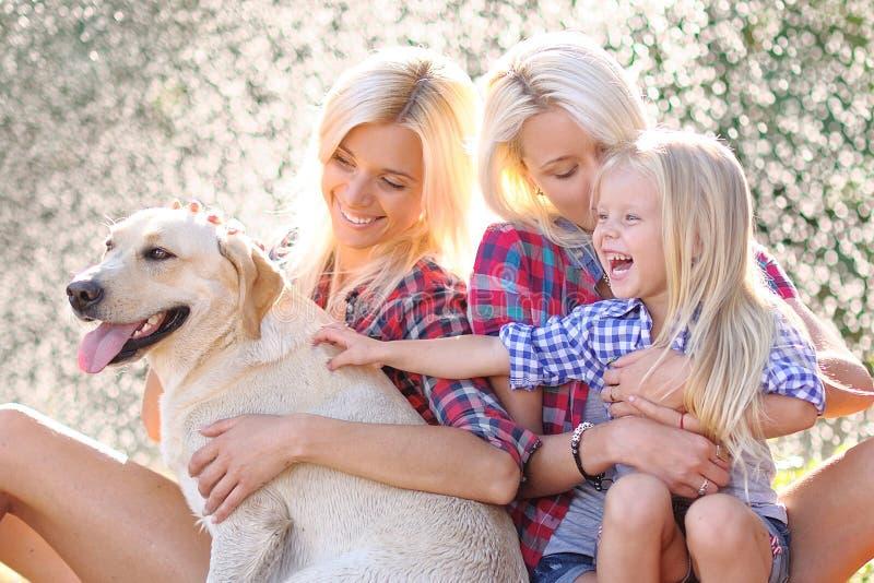 一个愉快的家庭的画象在夏天 免版税图库摄影