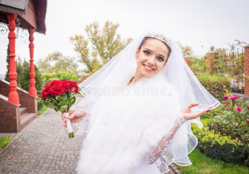 一个愉快的新娘的纯净的快乐的感觉 免版税库存照片