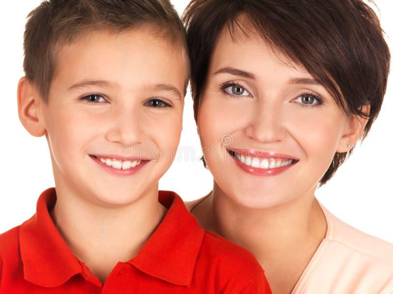 一个愉快的新母亲的纵向有儿子的 免版税库存照片
