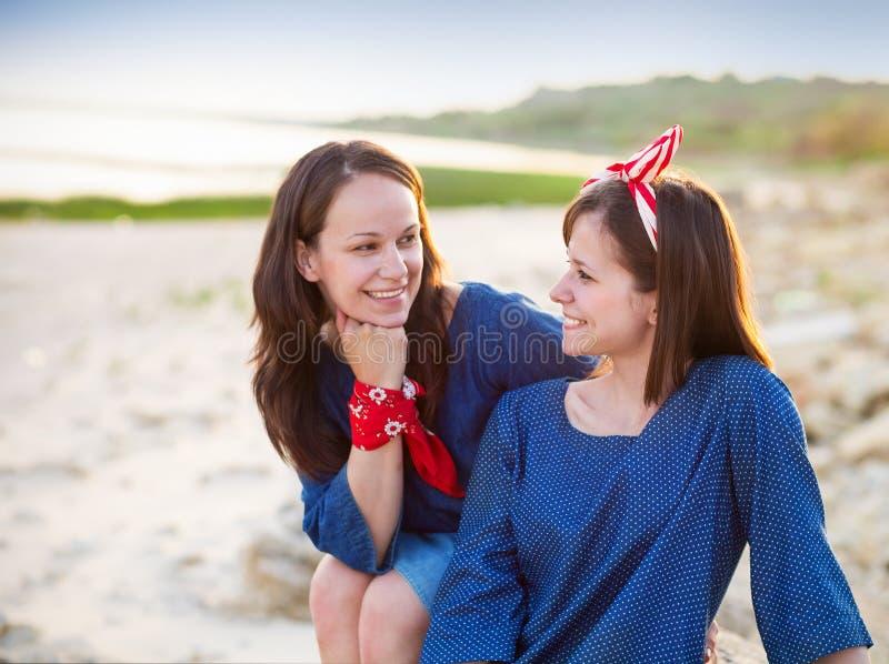 一个愉快的母亲和她青少年的女儿的画象 免版税库存图片