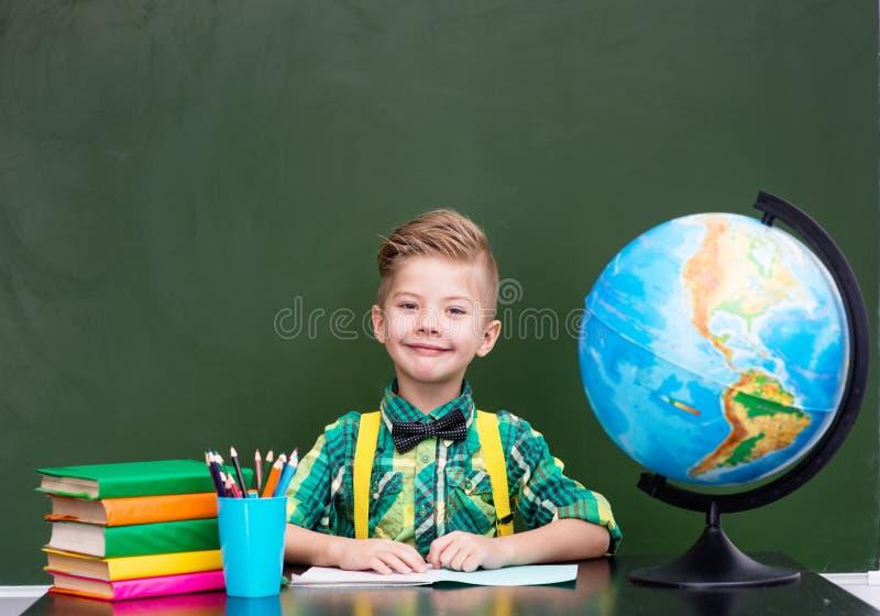 一个愉快的男孩的画象在教室 库存图片