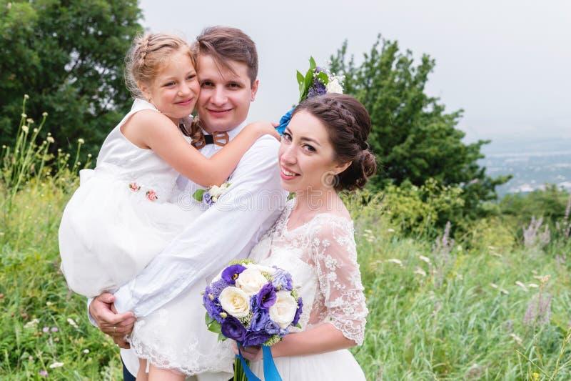 一个愉快的白种人家庭的画象在一婚礼之日户外 库存照片