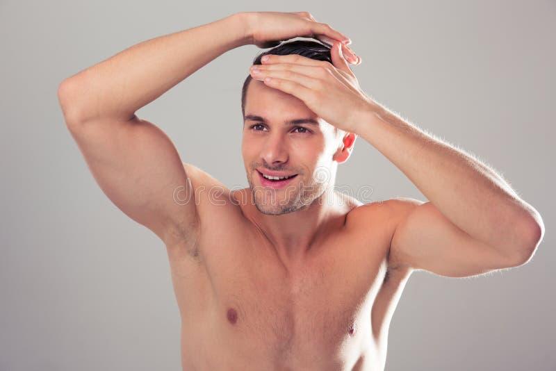 一个愉快的年轻人的画象有裸体躯干的 免版税库存照片