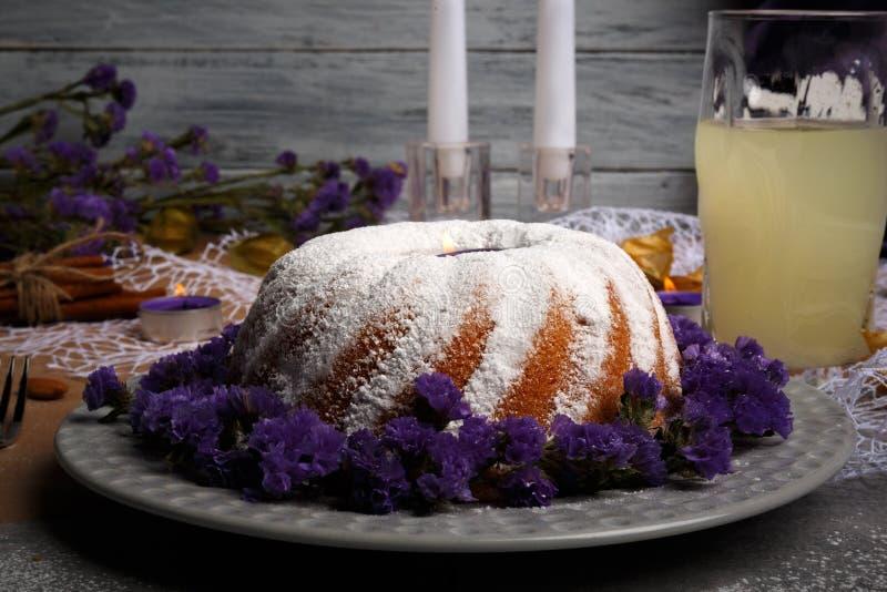 一个意想不到的冬天饮料和甜蛋糕在灰色木背景 鲜美圣诞节布丁 复制空间 免版税库存图片