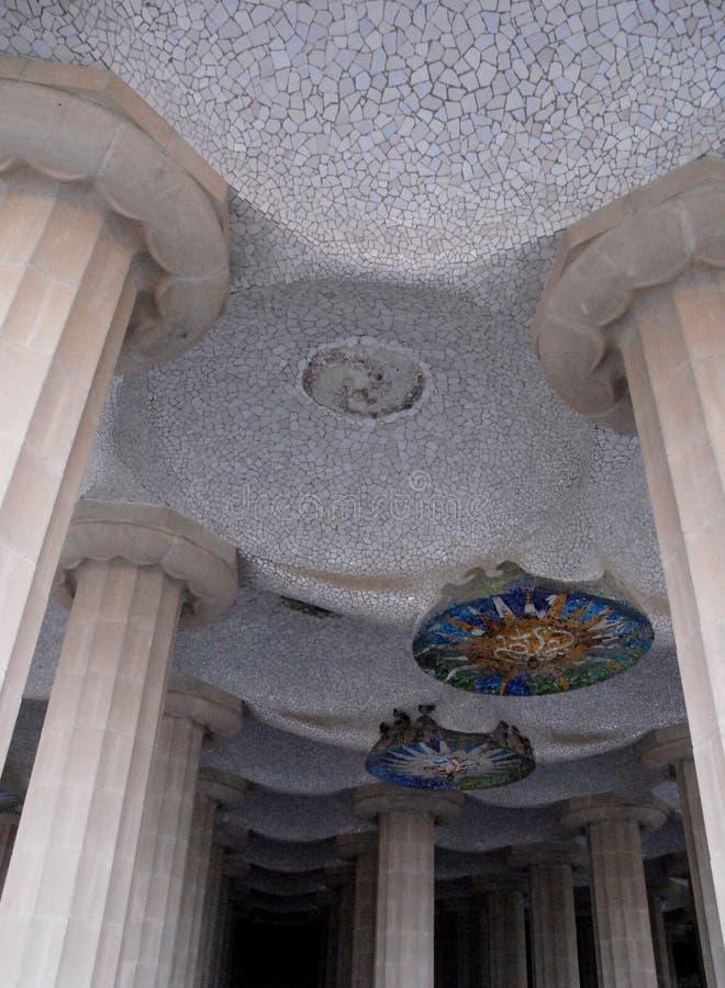一个意想不到的大厦的天花板由Gaudi设计了在巴塞罗那,西班牙 库存照片