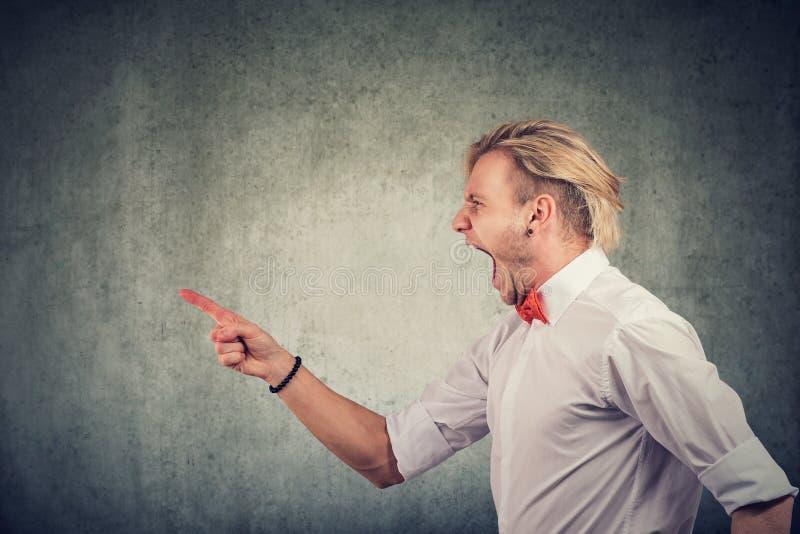 一个愤怒的年轻人的画像 免版税库存图片
