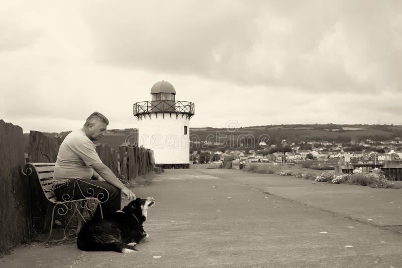 一个成熟人和他的狗 免版税库存照片