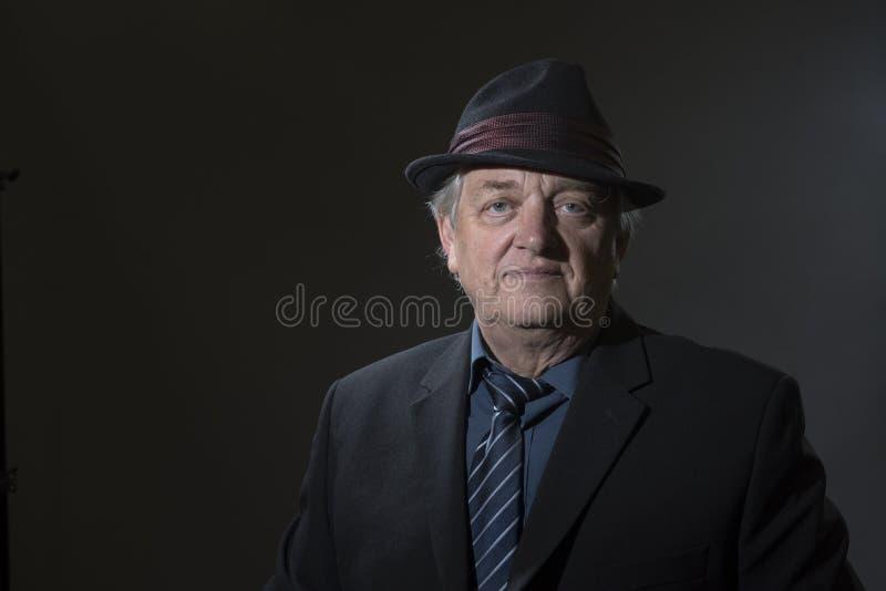 一个成熟人的画象图象衬衣领带和浅顶软呢帽帽子的 库存照片