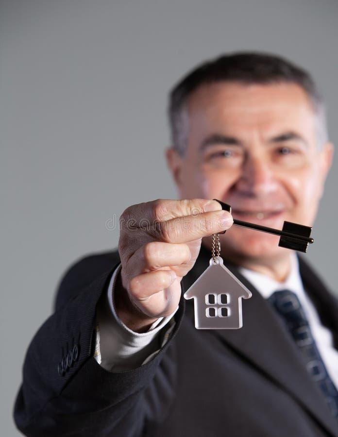 一个成熟人的画象有房子钥匙的 免版税库存照片