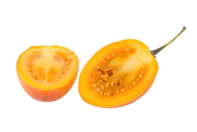 一个成熟番茄的特写镜头切成了两半 库存照片
