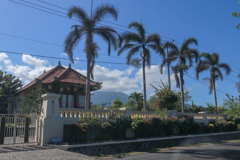 一个房子在巴厘岛的天堂 传统建筑学 有热带植物的开花的庭院 可可椰子 免版税库存图片