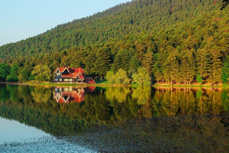 一个房子的反射湖的水表面上的 免版税库存图片