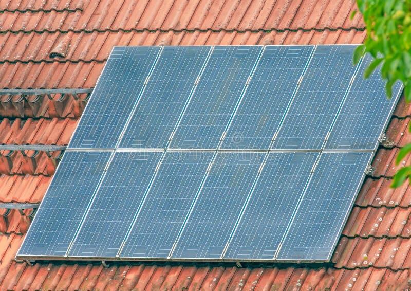 一个房子的屋顶有一个光致电压的系统的 库存照片