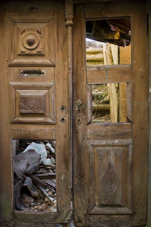 一个房子的被毁坏的门废墟的 免版税库存照片