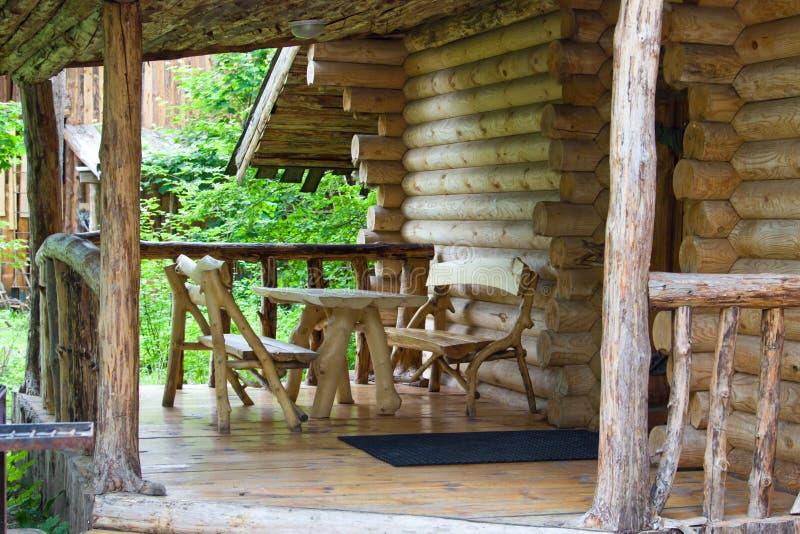 一个房子的门廊在森林 库存照片