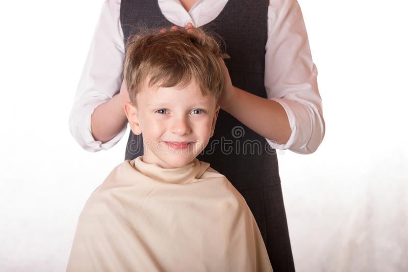 一个招待会的男孩理发师的 一个年轻人参观沙龙o 库存图片