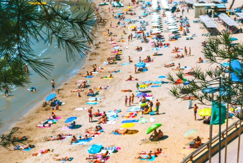 一个拥挤海滩的全景在unfocus的 夏天或假期概念 免版税库存照片