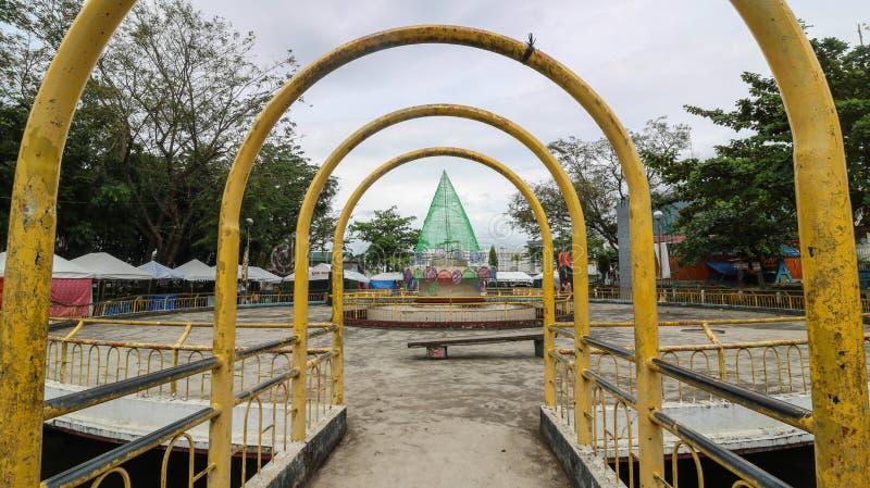一个拱道和一棵圣诞树在Iriga广场 库存照片