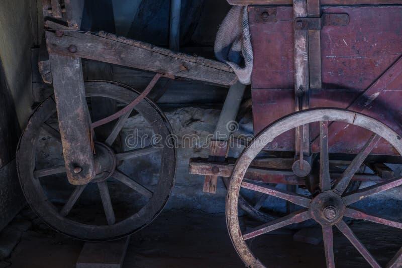 一个推车的老轮子在谷仓 免版税库存图片