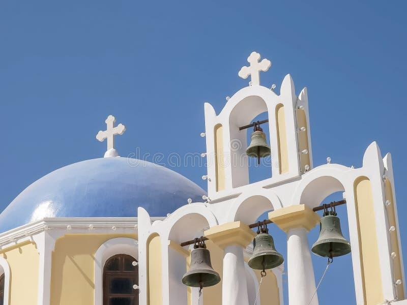 一个教会圆顶和四响铃在fira,santorini 免版税库存图片