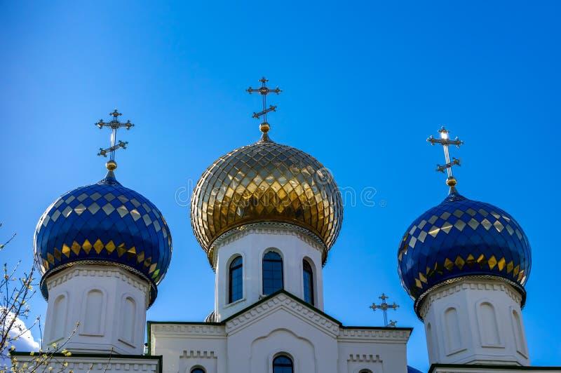 一个教会的三个圆顶有十字架的反对天空蔚蓝 免版税库存照片