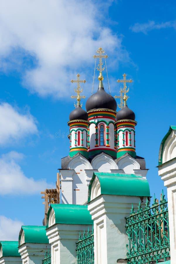 一个教会的圆顶反对蓝天的 库存照片