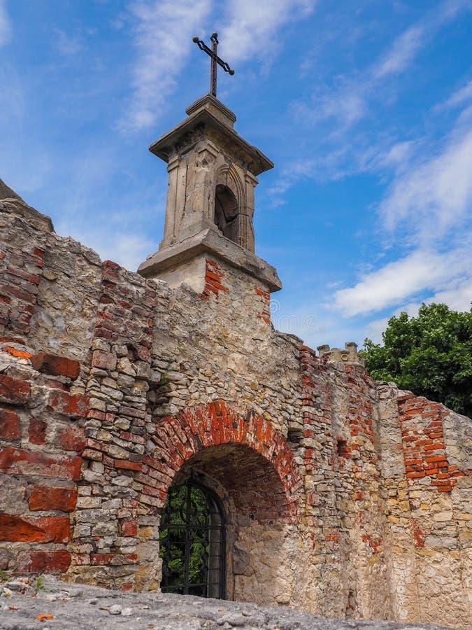一个教堂的废墟在小山顶部的 免版税库存图片