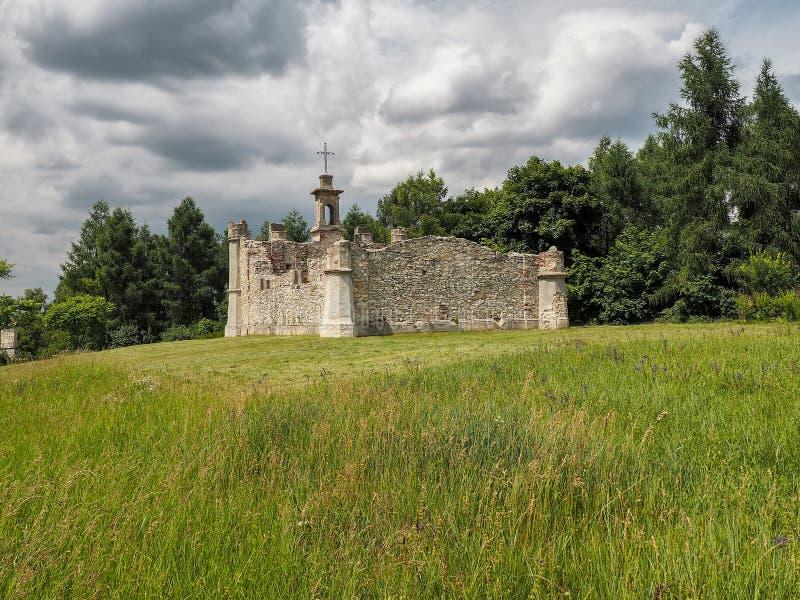 一个教堂的废墟在小山顶部的 图库摄影