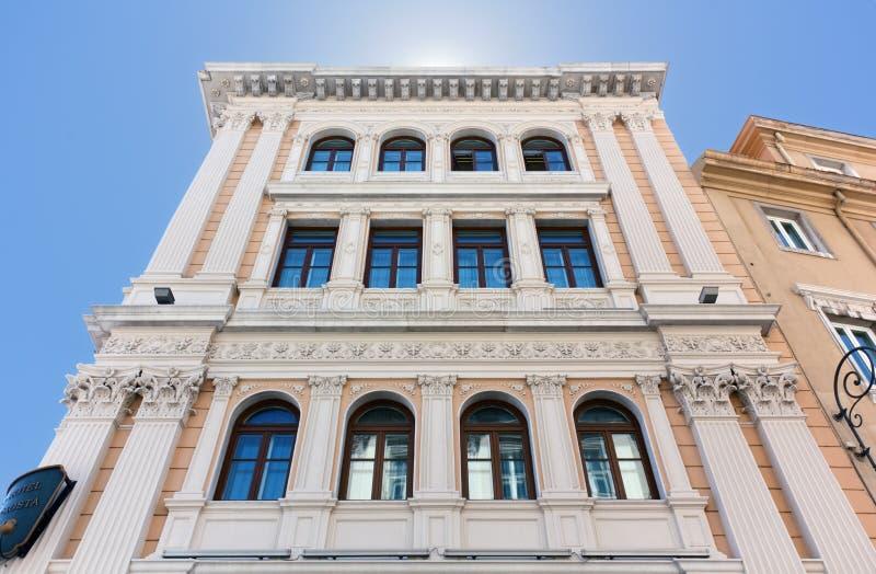 一个新古典主义的宫殿的门面广场的Unità在的里雅斯特 库存照片