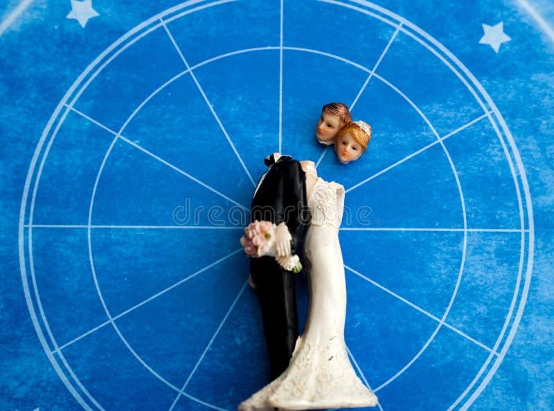 一个新娘和一个新郎的残破的雕象神秘的背景的 免版税库存照片