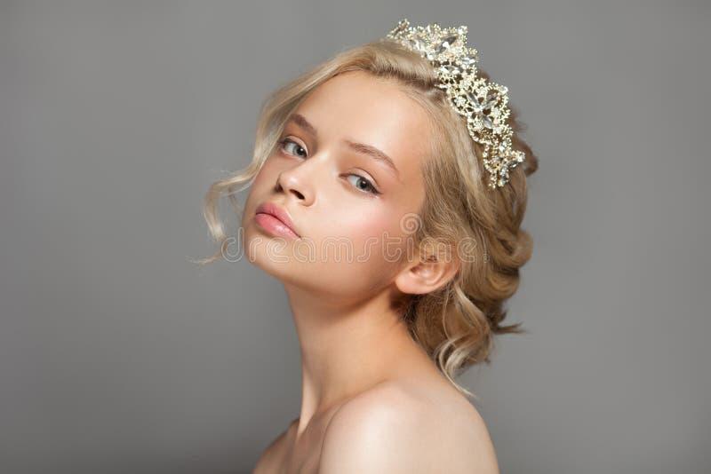 一个新娘的图象的美丽的白肤金发的女孩有一个冠状头饰的在她的头发 库存图片