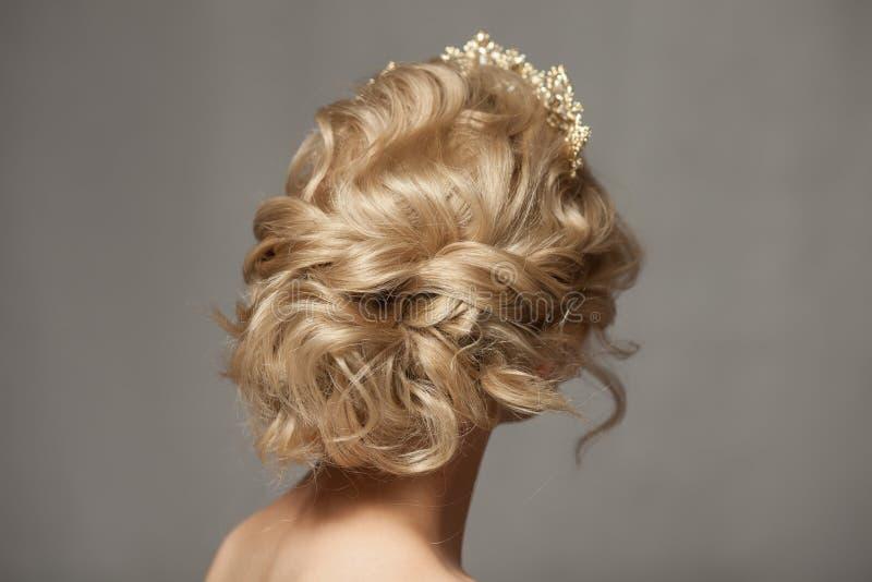 一个新娘的图象的美丽的白肤金发的女孩有一个冠状头饰的在她的头发 免版税库存照片