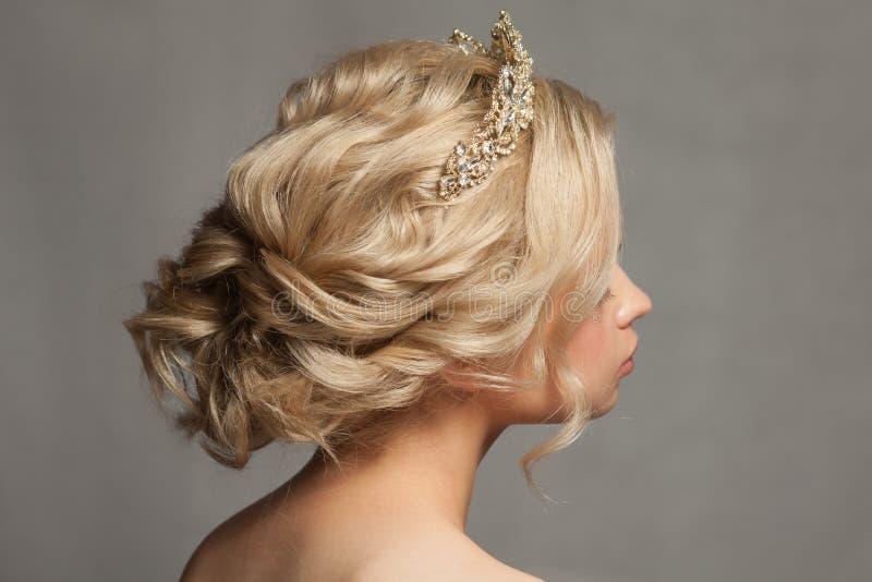 一个新娘的图象的美丽的白肤金发的女孩有一个冠状头饰的在她的头发 库存照片