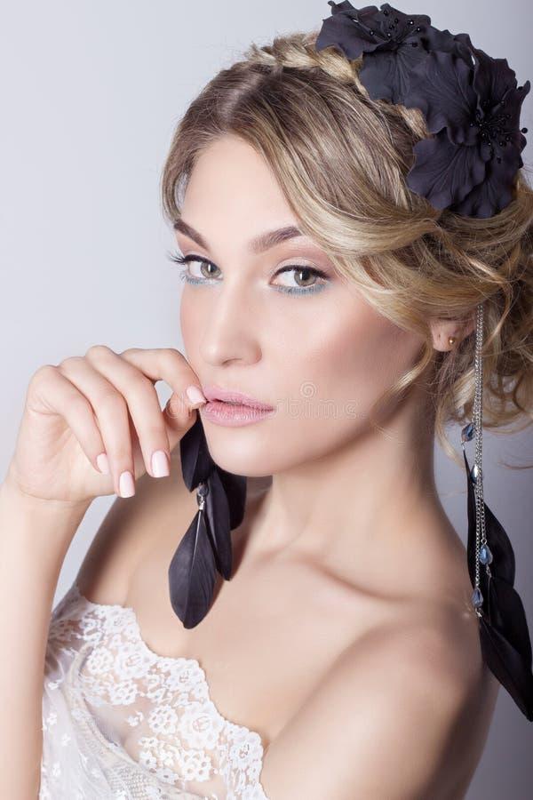 一个新娘的图象的美丽的年轻性感的典雅的甜女孩有头发和花的在她的头发,精美婚礼构成 图库摄影