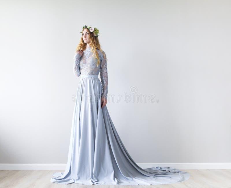 一个新娘的春天美景画象有花圈的 免版税库存照片
