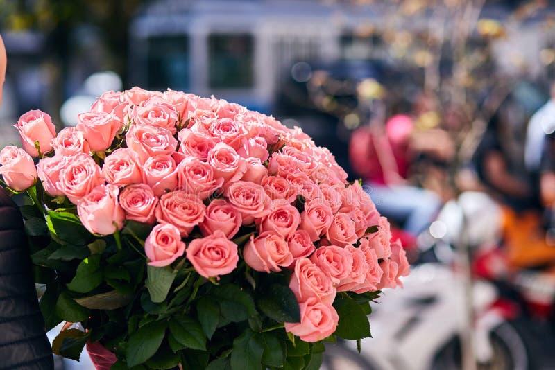 一个新娘的美丽的大桃红色玫瑰花束一个婚礼的从顶面,花卉背景 免版税库存图片