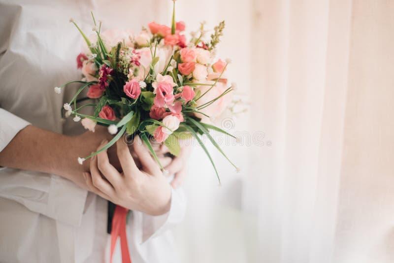一个新娘藏品美好的花束、婚礼或者爱概念 库存图片